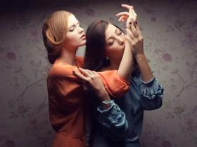 手肘接触法:和谐约会小技巧神奇的触碰效应!