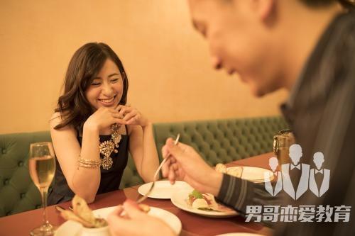 和女生约会时怎么才能愉快聊天?
